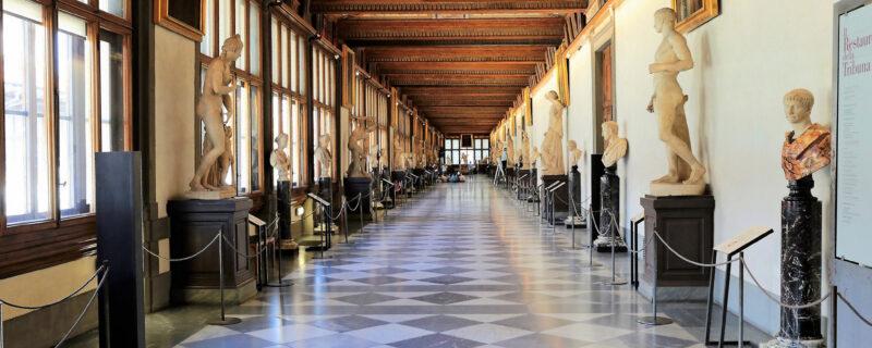 vista del corridoio di Levante. Il soffitto è affrescato a grottesca e lungo i due lati del corridoio si vede la collezione di statue antiche