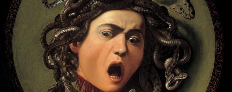 Scudo da parata con sopra dipinto la Testa di Medusa. Caravaggio immortala qui l'attimo successivo alla decapitazione del mostro. Tra serpenti attorcigliati Medusa con la bocca aperta in un urlo ci guarda per un ultimo secondo mentre il sangue le sta colando via dal collo. La nostra visita agli Uffizi si conclude con questa opera impressionante di Caravaggio