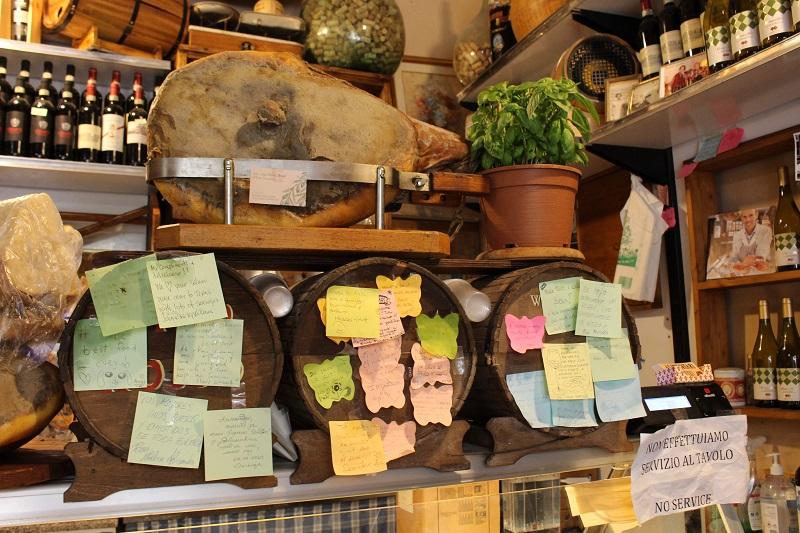 nell'immagine l'interno di alimentari uffizi street food dove mangiare bene a Firenze