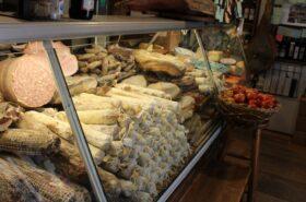 nell'immagine si vede il bancone dei salumi di alimentari uffizi per mangiare bene a firenze vicino agli uffizi