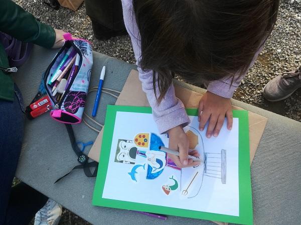 nella foto si vede uno dei nostri bambini intento a completare l'attività della visita al giardino di Boboli luogo da scegliere per visitare firenze con i bambini