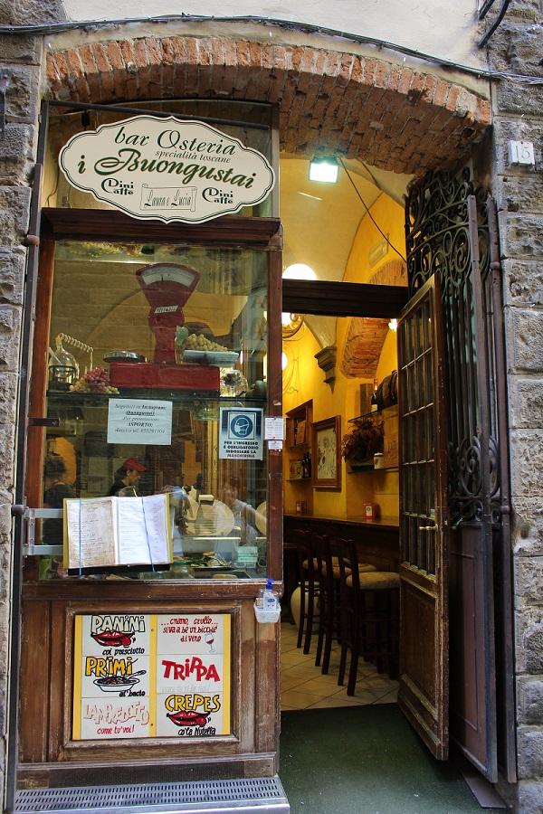 nell'immagine si vede l'ingresso dell'osteria i buongustai dove mangiare bene a Firenze