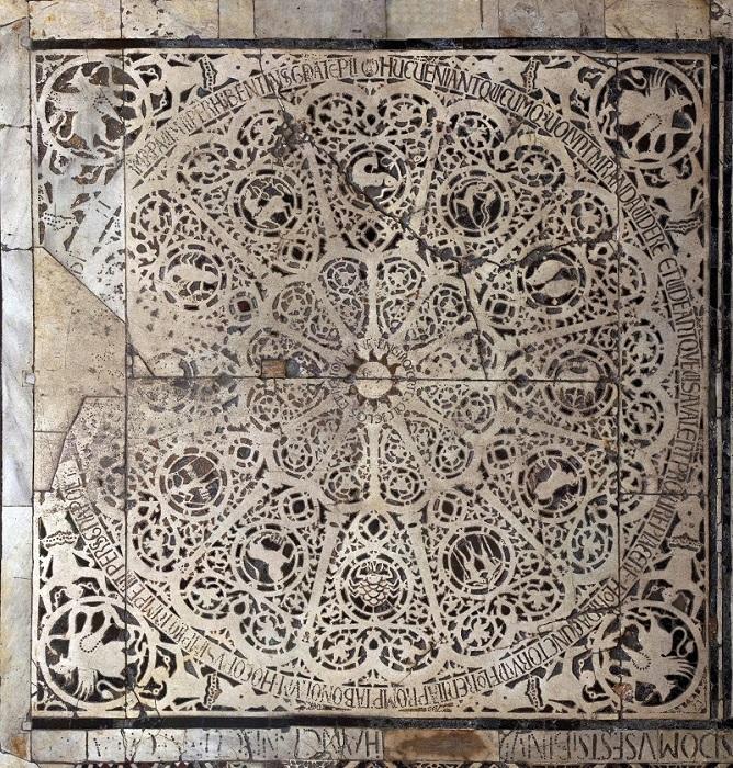 Nell'immagine si vede l'intarsio di marmo del pavimento del battistero di Firenze che rappresenta la ruota dello zodiaco con al centro il sole circondato dalla scritta palindroma EN GIRO TORTE SOL CICLOS ET ROTOR IGNE. Nei quattro angoli grifoni che tengono un serpente negli artigli.