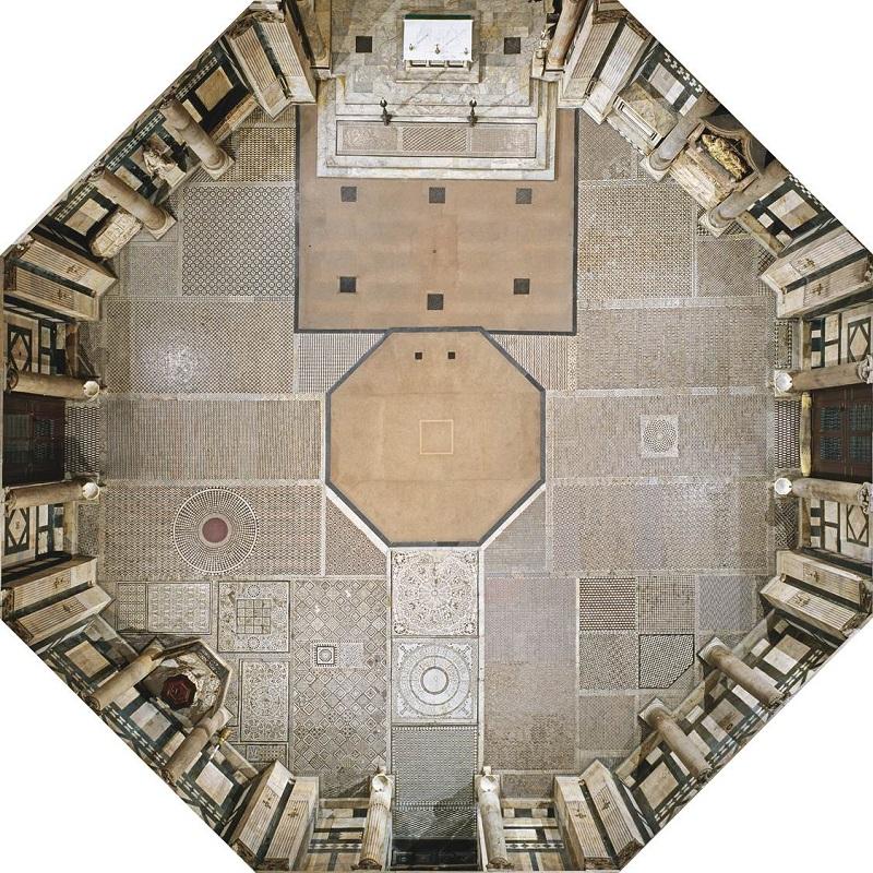 Il pavimento ad intarsio marmoreo all'interno del Battistero di San Giovanni a Firenze.