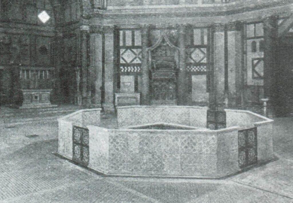Al centro del Battistero ricostruzione del fonte battesimale eseguita nel 1921 per i festeggiamenti di Dante. All'interno del Battistero di San Giovanni ipotesi ricostruttiva del fonte battesimale seguendo un disegno di Bernardo Buontalenti