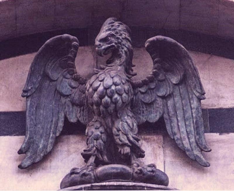 Nel Battistero di Firenze. Calimala era la coorporazione dei mercanti di tessuti. si può ancora oggi riconoscere l'aquila sopra il torsello, simbolo dell'arte di Calimala.