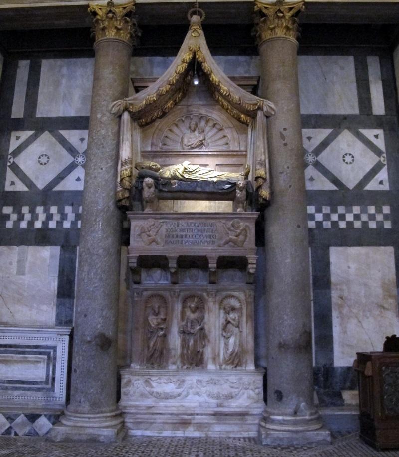 La tomba dell'antipapa Giovanni XXIII all'interno del battistero di Firenze realizzata da Donatello e Michelozzo
