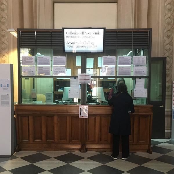 nell'immagine si vede la biglietteria situata all'interno della galleria dell'accademia di firenze