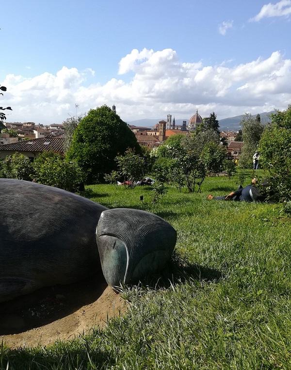 vista su Firenze con statua di Folon dal giardino delle rose