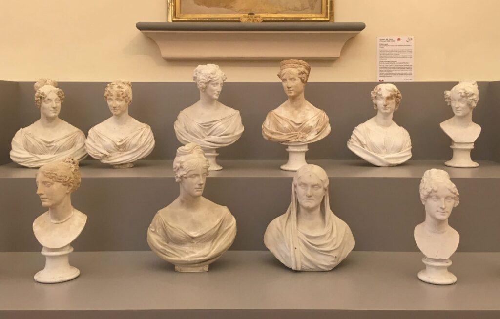 Nell'immagine insieme di busti di donne in gesso di Lorenzo Bartolini, esposti nella gipsoteca della galleria dell'accademia adesso in mostra lungo tutto il percorso temporaneo