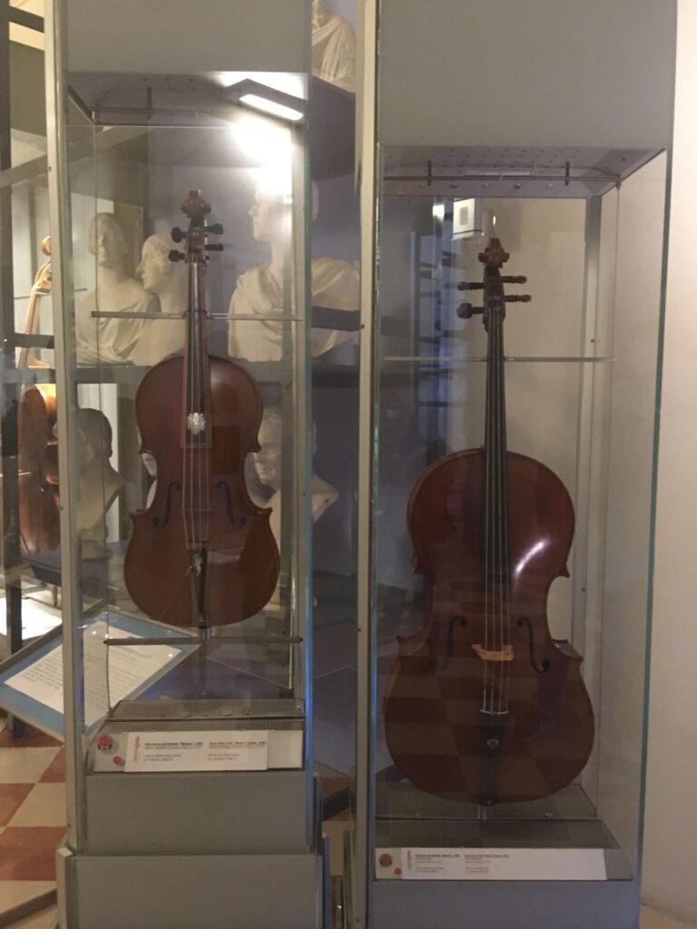 nella foto il Violino e la Viola tenore realizzati per il Gran Principe Ferdinando da Antonio Stradivari e conservati alla Galleria dell'Accademia di Firenze. La Viola si riconosce non solo per le maggiori dimensioni ma per il decoro in madreperla con lo stemma mediceo e un putto
