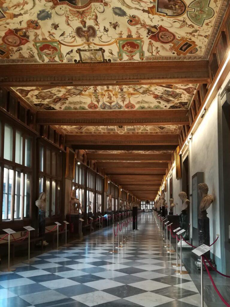 Nella foto si vede la galleria di levante degli Uffizi. Il Covid ha svuotato i nostri musei e siamo riuscite a fare una foto del corridio senza visitatori