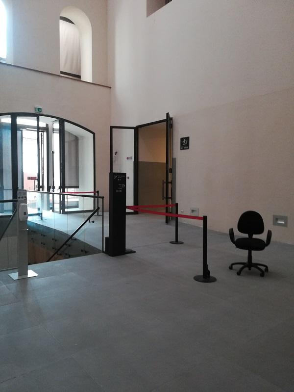 nell'immagine si vedono si la scala di ingresso che l'uscita della galleria degli uffizi