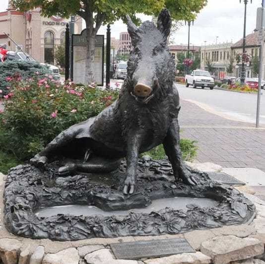Copia del porcellino in bronzo a kansas city negli Stati Uniti. Nella targa si ricorda il rito portafortuna e si invita a lasciare una monet per i bambini dell'ospedale