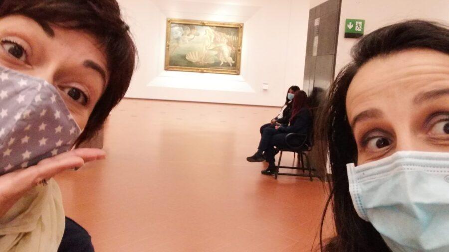 Musei di Firenze e Covid. Io e Paola nella sala del Botticelli agli Uffizi completamente vuota. Ma la prenotazione resta obbligatoria.