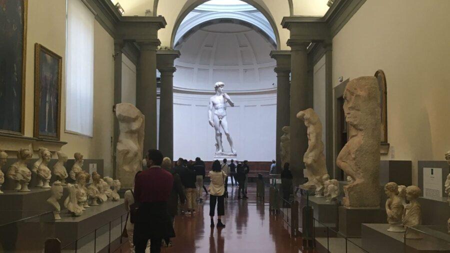La foto ritrae il corridoio della Galleria dell'Accademia dove sono esposti i Prigioni di Michelangelo. Sul fondo si apre la tribuna che innalza il capolavoro dello scultore fiorentino: il David